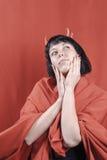 Nätt brunettkvinna med hornen för röd jäkel Arkivfoto