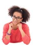 Nätt drömma tonårs- flicka för afrikansk amerikan i rosa liggande isolator Royaltyfri Bild