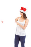 Nätt flicka i hållande affisch för santa hatt Royaltyfri Bild