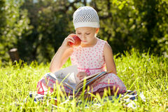 Nätt flickaläsning en boka Royaltyfri Bild