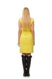 Nätt ganska flicka i den gula klänningen som isoleras på vit Arkivfoto