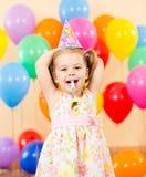 Nätt joyful ungeflicka på födelsedagdeltagare Royaltyfri Fotografi