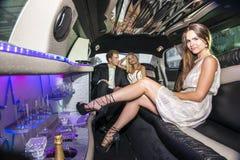Nätt kvinna i en lyxig limousine Arkivfoton