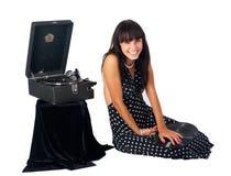 Nätt kvinna med grammofonen Royaltyfri Fotografi