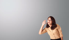 Nätt kvinna som gör en gest med kopieringsutrymme Arkivfoto