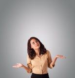 Nätt kvinna som gör en gest med kopieringsutrymme Arkivbilder