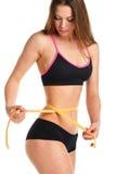 Nätt kvinna som mäter perfekt form av den härliga midjan Fotografering för Bildbyråer