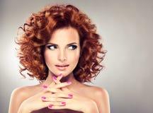 Nätt röd haired flicka med krullning Arkivbild