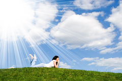 nätt restkvinna för gräs Royaltyfria Bilder