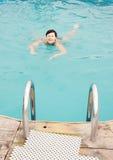 nätt simningkvinna för utomhus- bajs Arkivfoton