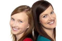 Nätt tonåringflicka med henne moder Royaltyfria Foton