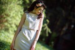 Nätt tonårs- flicka i parkera Royaltyfri Foto
