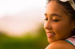 Nätt tonårs- latinamerikansk flickaheadshotprofil Royaltyfria Foton