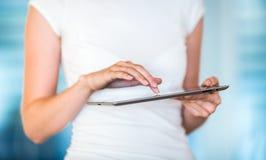 Nätt ung affärskvinna/college-student som använder hennes minnestavla Arkivfoto
