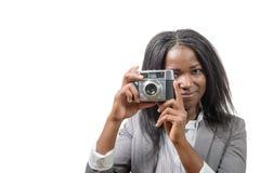 Nätt ung afrikansk amerikan med en gammal kamera Arkivbild