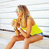 Nätt ung blond kvinna som dricker den kalla coctailen Royaltyfria Foton