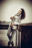 Nätt ung flicka som är utomhus- på den gamla bron Fotografering för Bildbyråer