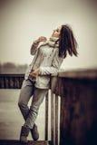 Nätt ung flicka som är utomhus- på den gamla bron Arkivfoton