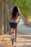Nätt ung flickaridningcykel i en skog Arkivbild