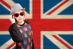 Nätt ung kvinna i solglasögon på engelsk union Royaltyfri Foto