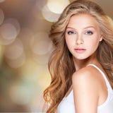 Nätt ung kvinna med långt lockigt hår Arkivfoto