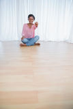 Nätt ung kvinna som visar hennes tangenter för nytt hus Arkivfoto
