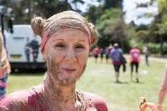 Nätta Muddy Race för liv Arkivfoton