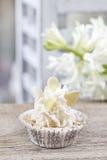 Nätta små muffin som dekoreras lavishly, på trätabellen Arkivbild
