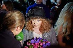 NTV korespondent przeprowadza wywiad Alla Pugacheva zdjęcia royalty free