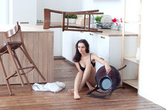 Nuży seksownej dziewczyny w kuchennym obsiadaniu na podłoga Zdjęcie Stock