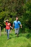 τρέξιμο φύσης αγάπης ζευγώ&nu Στοκ Φωτογραφία
