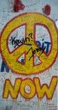 Nu fredgrafittitecken på den Berlin väggen stock illustrationer