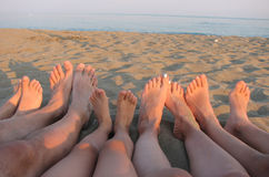 Nu-pieds d'une famille sur le rivage de la mer sur la plage avec c images libres de droits