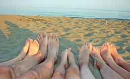 Nu-pieds d'une famille sur le rivage de la mer sur la plage avec c Photo stock
