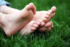 Nu-pieds dans l'herbe Images libres de droits