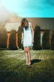 Nu-pieds dans l'herbe Photos libres de droits