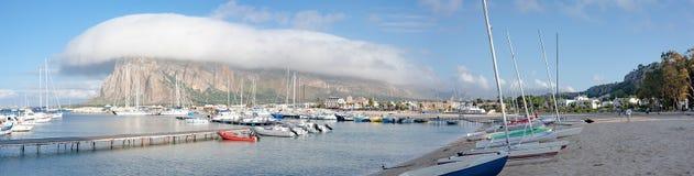 Nuage étrange au-dessus du port maritime Photo stock
