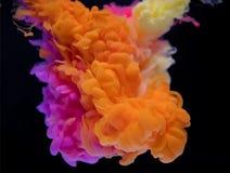 Nuage abstrait de peinture colorée dans l'eau photo libre de droits