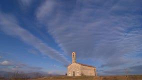 Nuage animé sur l'église rurale d'isolat banque de vidéos