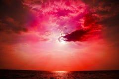 nuage arrière de silhouette de coucher du soleil sur le trait horizontal en mer Photos stock