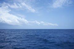 Nuage au-dessus d'océan onduleux dans le jour ensoleillé photo libre de droits