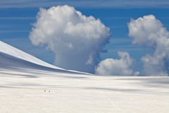 Nuage au-dessus de la montagne neigeuse Photographie stock libre de droits