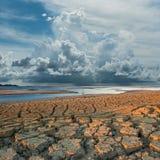 Nuage au-dessus de la terre de fissuration de climat Image stock
