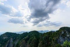 Nuage au-dessus de montagne Photos stock