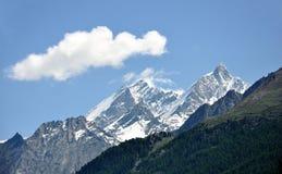 Nuage au-dessus des montagnes, Zermatt, Suisse Images stock