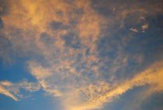 Nuage avec le ciel orange et bleu Images libres de droits
