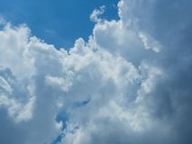 Nuage avec le fond de ciel bleu Images stock