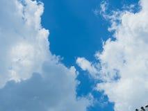 Nuage avec le fond de ciel bleu Photo stock