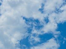 Nuage avec le fond de ciel bleu Images libres de droits