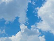 Nuage avec le fond de ciel bleu Photographie stock